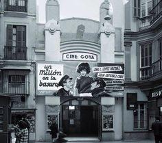 En la calle Calderería de Málaga teníamos el cine GOYA. Local de estrenos de aquella época. Malaga Spain, Times Square, Barcelona, Castle, Travel, War, Old Photography, Antique Photos, Black And White