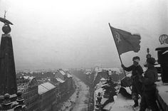 Red Army soldiers raise the Red Banner on the roof of the New York Palace to celebrate the capture of Budapest, 13 February, 1945. Source: MTI.