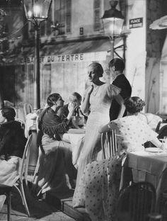 Montmartre - Place du Tertre Paris 1932 by George Hoyninguen-Huene Vintage Paris, Old Paris, Vintage Cafe, French Vintage, Paris 1920s, Vintage Style, Old Pictures, Old Photos, Vintage Photographs