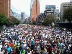 Marcha que sale de Chacao para unirse con la del Cafetal. En contra de la inherencia cubana en Venezuela.