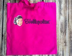 Väri: Pinkki/fuksiaMateriaali: KangasKoko:Mallinumero: W101Kangas sopii esimerkiksi kauppaostoksille tai vaikka mökkinaapurille tuliaskassiksi! Hellapoliisi -logo.