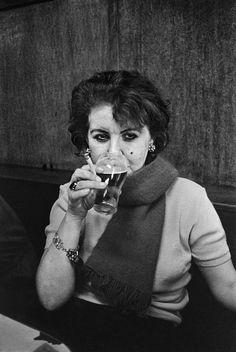 Café Lehmitz, Hamburg. 1967-1970 © Anders Petersen. Courtesy Galerie VU'