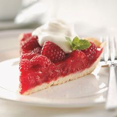 Raspberry-Glazed Pie Recipe- Recipes Everyone raves about this quick and easy summer pie. It's always a bit hit with all ages at parties, picnics and get-togethers. Fresh Raspberry Recipes, Raspberry Desserts, How To Make Pie, Food To Make, Pie Recipes, Dessert Recipes, Yummy Recipes, 13 Desserts, Summer Pie