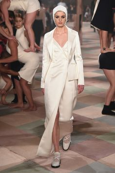 Christian Dior Couture | Haute Couture - Spring 2019 | Look 9 Spring Fashion Trends, Fashion Week, Fashion Show, Fashion Fashion, Christian Dior Couture, Catwalk, Ready To Wear, Duster Coat, Spring Summer