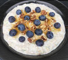 Dag 1:Rør havregryn, mælk og vanillepulver sammen. Læg låg på skålen og stil den på køl natten over.Dag 2:Riv pæren. Rør den revne pære og skyr i grøden. Pynt med blåbær, valnødder og ahornsirup. 1 dl havregryn 1 dl mælk 1 tsk. vanillepulver 1 pære 3 spsk. skyr Pynt: Blåbær, hakkede valnødder og ahornsirup Juice Smoothie, Foodies, Breakfast Recipes, Oatmeal, Recipies, Food And Drink, Pudding, Healthy, Desserts