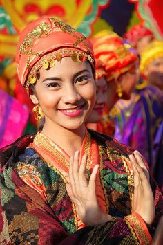 Philippines, T'nalak Portrait by Mike Santos on Costume Tribal, Folk Costume, Costumes, Beautiful Smile, Beautiful People, Beautiful Women, Philippines Culture, Philippines People, Filipino Culture