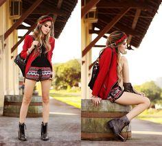 Style Moca Shorts, Guido Maggi Boots, Romwe Backpack, Vida Kush Headpiece