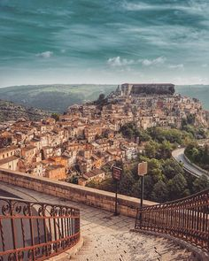 Proscenio naturale. Vista su Ragusa Ibla. Beautiful World, Beautiful Places, Places To Travel, Places To Visit, Mediterranean Architecture, Sicily Italy, Visit Italy, Travel Goals, Vacation Destinations