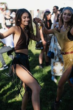 Get ready for one of the years best outdoor music festivals. Why wait for music festivals in July, August or even winter when you can get your Spring rock on. Coachella Festival, Music Festival Outfits, Rave Festival, Festival Fashion, Estilo Hippy, Estilo Rock, Festival Looks, Raves, Festivals