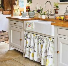 Rustic kitchen with French country sink Small Country Kitchens, Country Kitchen Designs, Cottage Kitchens, Home Kitchens, Rustic Kitchens, Kitchen Country, Country Homes, Design Kitchen, Country Farmhouse
