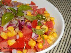 Cinco sentidos na cozinha: Salada de tomate, milho e cebola roxa