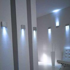 delle applique bianche illuminate con lampade led a luce fredda