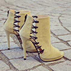 #the5thelementshoes #rosettishowroom #springsummer #sandals #rock #yellow #boots