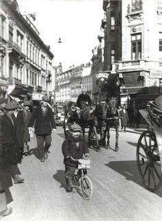 Piticul circar Samson pe Calea Victoriei, inceputul anilor '30. Source: Nicolae Ionescu