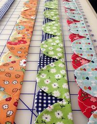 Great for a quilt edging. Super fun dual-colored continuous scallops edge for your quilts! (Link is to the scallops ruler. Quilting Tips, Quilting Tutorials, Machine Quilting, Quilting Projects, Quilting Designs, Sewing Projects, Beginner Quilting, Diy Quilt, Fabric Crafts