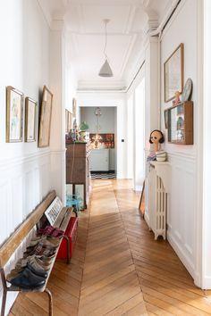 Constance et Martin Clerc, Augustin Hippolyte Ulysse 8 ans - The Socialite Family Parquet Paris, Renovation Parquet, Entrance Hall Decor, Entrance Halls, Banquette Vintage, Paris Flat, Apartment Entrance, Floating Stairs, Painted Stairs