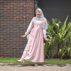 Image may contain: 1 person, standing Dress Muslim Modern, Muslim Dress, Mode Abaya, Mode Hijab, Muslim Women Fashion, Curvy Women Fashion, Hijabi Gowns, Uniqlo Women Outfit, Niqab