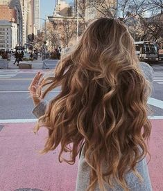 The ombre hair trend has been seducing for some seasons now. More discreet than tie and dye, less classic than sweeping, this new technique of hair. Ombré Hair, Hair Day, Her Hair, Blonde Hair, Brown Blonde, Curly Hair Styles, Long Curly Hair, Hair Inspo, Hair Inspiration