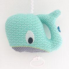 Kijk wat ik gevonden heb op Freubelweb.nl: een gratis naaipatroon van Ansje om dit walvis muziekdoosje zelf te maken https://www.freubelweb.nl/freubel-zelf/zelf-maken-met-stof-walvis-muziekdoosje/