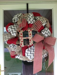 Burlap wreath. I LOVE THIS. One of my favs that Ive pinned.