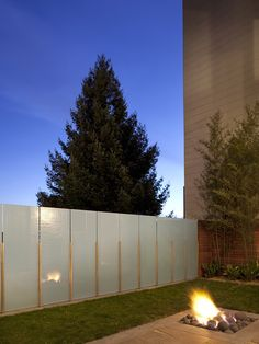 Interesting Plexiglass Fence Design Ideas : Amazing Plexiglass Fence With Fire Pit And Green Grass