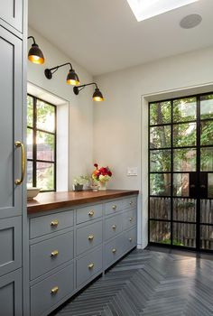 The Architect Is In: A Brooklyn Brownstone Transformed, with Respect - Remodelista Grey kitchen with butchers block tabletop. J'aime beaucoup l'effet que les luminaires ont au-dessus du comptoir Brooklyn Brownstone, Veranda Design, Decoracion Vintage Chic, Cabinet Paint Colors, Paint Colours, Cuisines Design, Painting Cabinets, New Kitchen, Kitchen Grey
