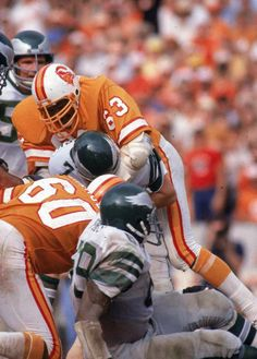 The Bucs need to go back to these uniforms, Buccaneers Football, Nfl Packers, Tampa Bay Buccaneers, Nfl Football Players, American Football Players, Football Helmets, Nfl Uniforms, Best Uniforms, Oklahoma Sooners Football