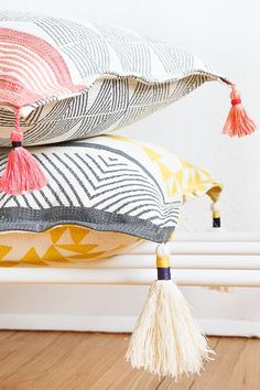 Add a little extra coziness to your indoor get-togethers with these DIY Tasseled Throw Pillows. Sharing the how-to and the trick that makes it so so easy. Clothing Accessories Ideas Cozy for Fall: DIY Tasseled Throw Pillows - Sugar & Cloth Decor Cosy Home Decor, Diy Home Decor Rustic, Upcycled Home Decor, Handmade Home Decor, Cheap Home Decor, Modern Decor, Diy Throw Pillows, Cheap Pillows, Interior Design Minimalist