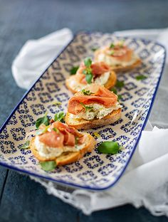 Crostini with parmesan cream cheese and prosciutto. Party Food And Drinks, Antipasto, Prosciutto, Naan, Bruschetta, Chutney, Summer Recipes, Appetizers, Favorite Recipes