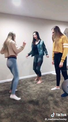 tiktok videolar bff Funny dance video with yoga leggings Yoga Leggings, Funny Short Videos, Funny Video Memes, Girls Life, S Girls, Funny Dancing Gif, Dance Music Videos, Funny Dance Videos, Funny Humor