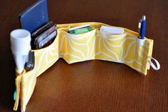 make a purse organizer from a fabric placemat. from the blog footprints.