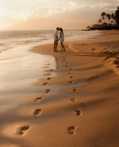 ideas for wedding photos poses couple pictures holding hands Photos Couple Plage, Couple Beach Pictures, Honeymoon Pictures, Beach Wedding Photos, Beach Wedding Photography, Wedding Pictures, Wedding Beach, Wedding Photoshoot, Sunset Wedding