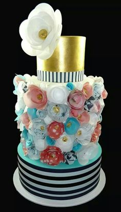 Beautiful cake with wafer paper flowers ?!