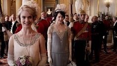 downton-abbey-season-4-9-the-london-season-rose-presented-by-cora-at-buckingham-palace-elizabeth-mcgovern-lily-james-review-episode-guide-list.jpg (600×339)