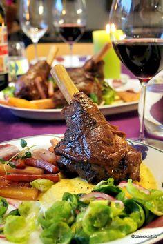 Lauhkeaa lammasta kera keväisten kasvislisukkeiden /// Paleokeittiön pääsiäispidot jatkuvat! Nyt laitetaan luomu karitsanpotkaa pataan ja lauhkeaa pääsiäislammasta pöytään! Hyvää, helppoa ja näyttävää juhlaruokaa, joka sopii hyvin myös arkipöytään. Lis… Steak, Food, Meals, Yemek, Eten, Steaks