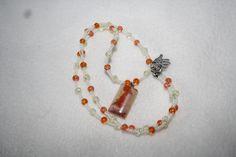 Perlenkette mit Edelsteinanhänger in creme Tönen von Feekollektion auf DaWanda.com