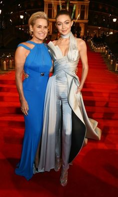 Yolanda and Gigi Hadid had a mother-daughter style moment in Atelier Versace during the 2016 British Fashion Awards in London. Star Fashion, Fashion News, Gigi Hadid Pictures, Mother Daughter Fashion, Mother Daughter Photography, British Fashion Awards, Celebrity Red Carpet, Celebrity Outfits, Red Carpet Looks