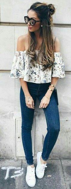Blusa shouler. Blusa sin hombros blanca con flores. Jeans