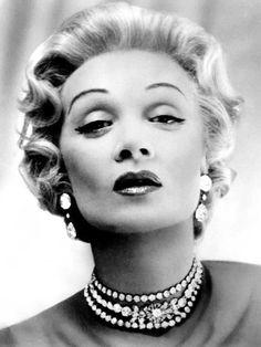 Marlene Dietrich, love her necklace.