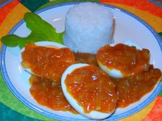 I really love curried eggs when i want something yummy but easy on a hot night (spicy foods go well with steamy days). It saves cooking meat, boiling eggs can be done in the morning before the rest of the day happens Spicy Recipes, Egg Recipes, Dishes Recipes, Vegetarian Recipes, Curried Egg Recipe, South African Recipes, Ethnic Recipes, Africa Recipes, Peach Chutney