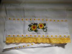Pano de Prato Bordado Ponto Cruz - Flores Amarelas C001.Pano de prato bordado flores amarelas, 100% algodão, no tamanho 71 cm por 38 cm, com acabamento bordado inglês amarelo, passa fita branco, com fita de cetim amarela. R$ 17,90  http://saluarts.airu.com.br/