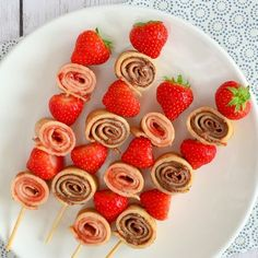 Misschien heb je ze wel eens gezien; pannenkoeken spiesjes. Ideaal als traktatie, voor de picknick of bij een kinderverjaardag. Ik vertel hoe je ze maakt!