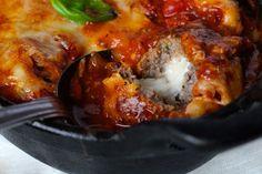 Mozzarella-fyldte kødboller smager så utroligt lækkert. Forestil dig at tage en bid af en kødbolle og få en overraskelse i form af let smeltet mozzarella.