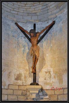 NAVARRA  -  Puente la Reina. Iglesia del Crucifijo. Cristo renano. | La iglesia del Crucifijo, de los siglos XII y XIII, de origen  templarios y perteneciente a la Orden de Malta, que es actualmente  administrada por los Padres Reparadores, guarda en su interior una misteriosa talla con una original forma de Y griega. Se trata de un crucificado en un tronco macizo, sin descortezar. En el cual el tronco forma el astil de la cruz  y los brazos  las ramas que crecen a cada  lado....