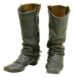 Unfortunately during the American Civil War (1861-1865) unscrupulous contractors supplied below par footwear and many of the cavalry boots were mass produced using reinforced cardboard. Climatic conditions took their toll and the soldiers suffered deep cuts to their feet.