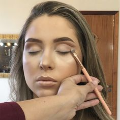 Cut Creasing in makeup is due to different makeups interacting with one another on the skin when you see wrinkles and creases where your makeup job had been Holographic Eyeshadow, Shimmer Eyeshadow, Cut Crease Eye, Cut Crease Makeup, Eye Makeup Tips, Smokey Eye Makeup, Cut Crease Tutorial, Brown Mascara, Cut Crease