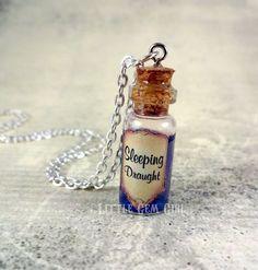 Leprechaun Gold Glass Bottle Necklace - Pot of Gold Mini Vial Charm Jewelry - St Patricks Day Charm Necklace Bottle Jewelry, Bottle Charms, Bottle Art, Cork Necklace, Bottle Necklace, Necklaces, Magic Bottles, Mini Glass Bottles, Leprechaun Gold