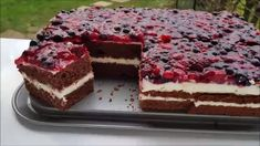 Fantastic berry cake ♥ P&S baking Traumhafter Beeren Kuchen … Swedish Apple Pie, Apple Pie Cake, German Baking, Healthy Granola Bars, How To Make Pie, Berry Cake, Cake Tasting, Cake Icing, Sliced Almonds