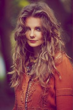 Free People's July look-book is right up my alley! Model, Enio Mihalik, effortlessly draws you into her dreamy world . Hippie Boho, Bohemian Girls, Bohemian Style, Boho Chic, Boho Fashion Fall, Fashion Shoot, Fashion Portraits, Tomboy Fashion, Fashion Ideas
