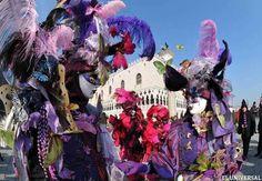 """Enmascarados posan en la Plaza de San Marcos durante el carnaval de Venecia. La edición 2012 del Carnaval de Venecia se extiende desde el 4 al 21 de febrero de este año y está titulada """"¡La vida es teatro! Es hora de conseguir al enmascarado"""